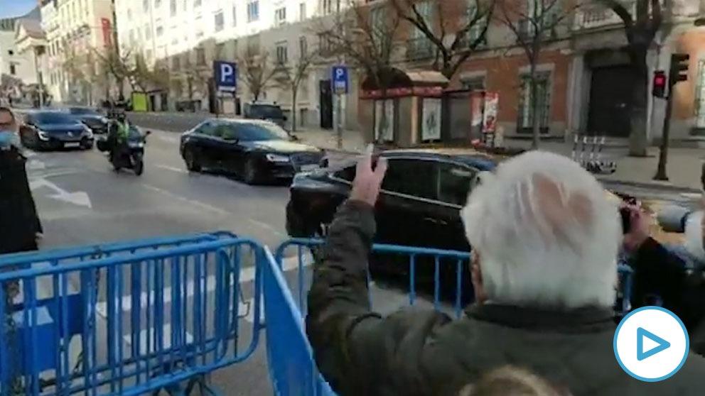 Abucheos a Pedro Sánchez a su salida en coche oficial del acto del Congreso por el Día de la Constitución.