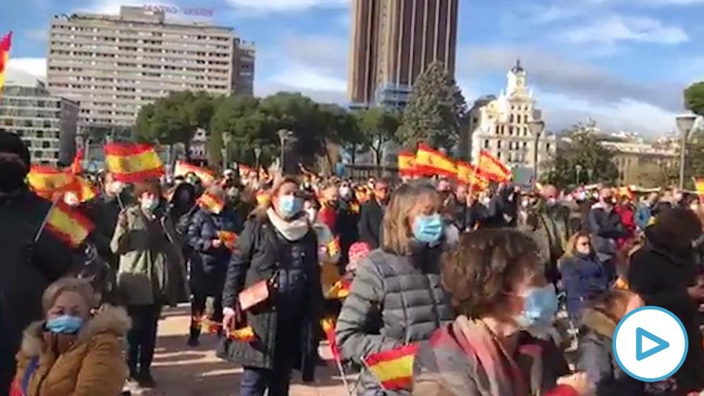 Miles de personas piden la dimisión de Sánchez en el homenaje a la Constitución en Colón.