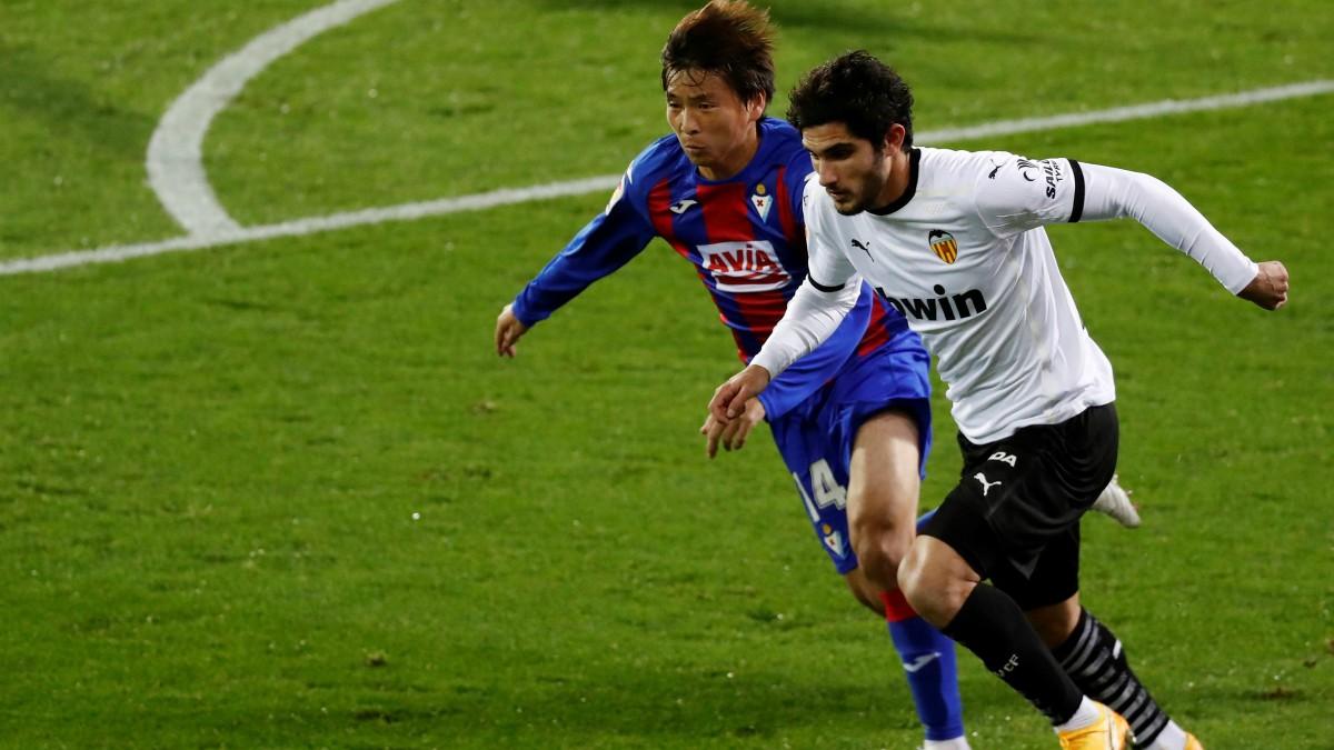 Guedes e Inui pelean un balón en el Eibar-Valencia. (EFE)
