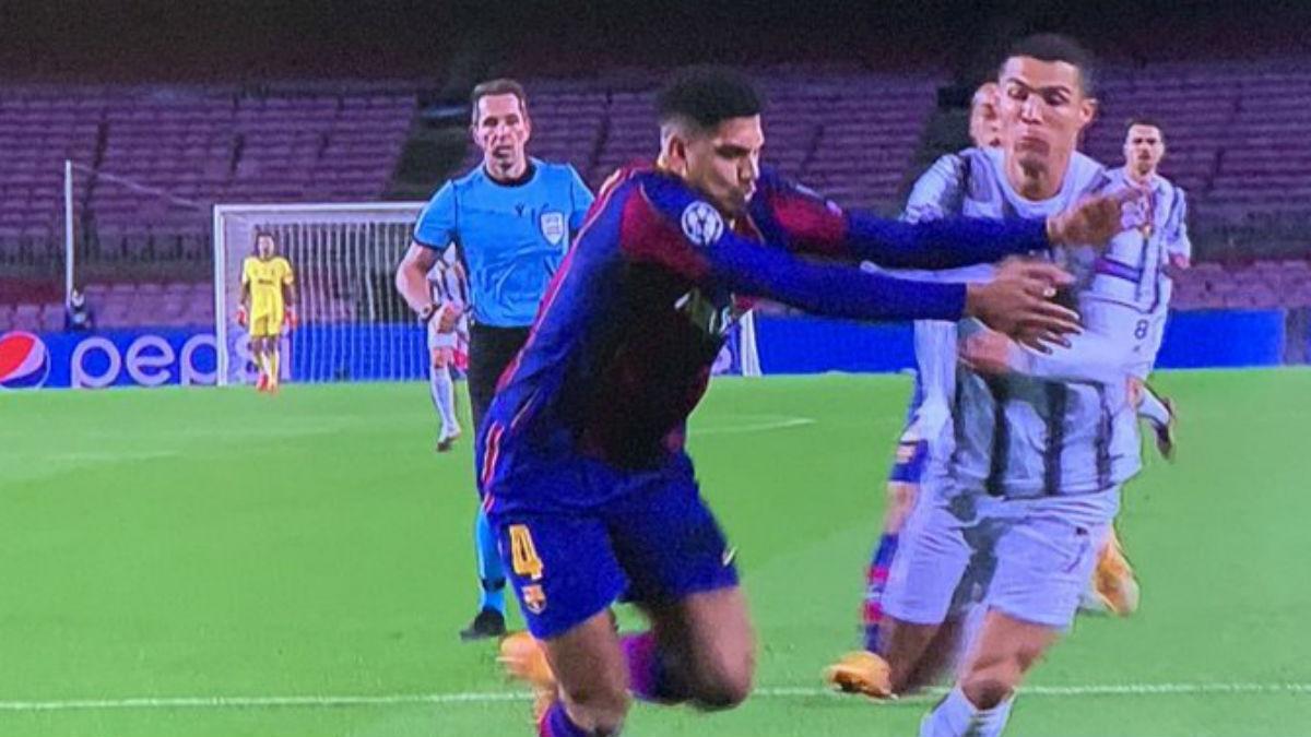 Araujo cometió penalti sobre Cristiano.