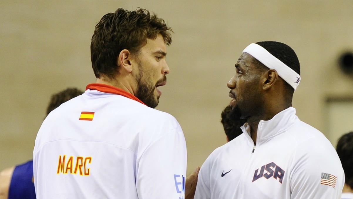 Marc Gasol y LeBron conversan antes de un partido entre España y Estados Unidos.