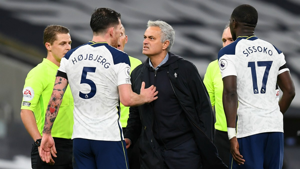 Mourinho charla con Hojberg tras la victoria ante el City. (Getty)