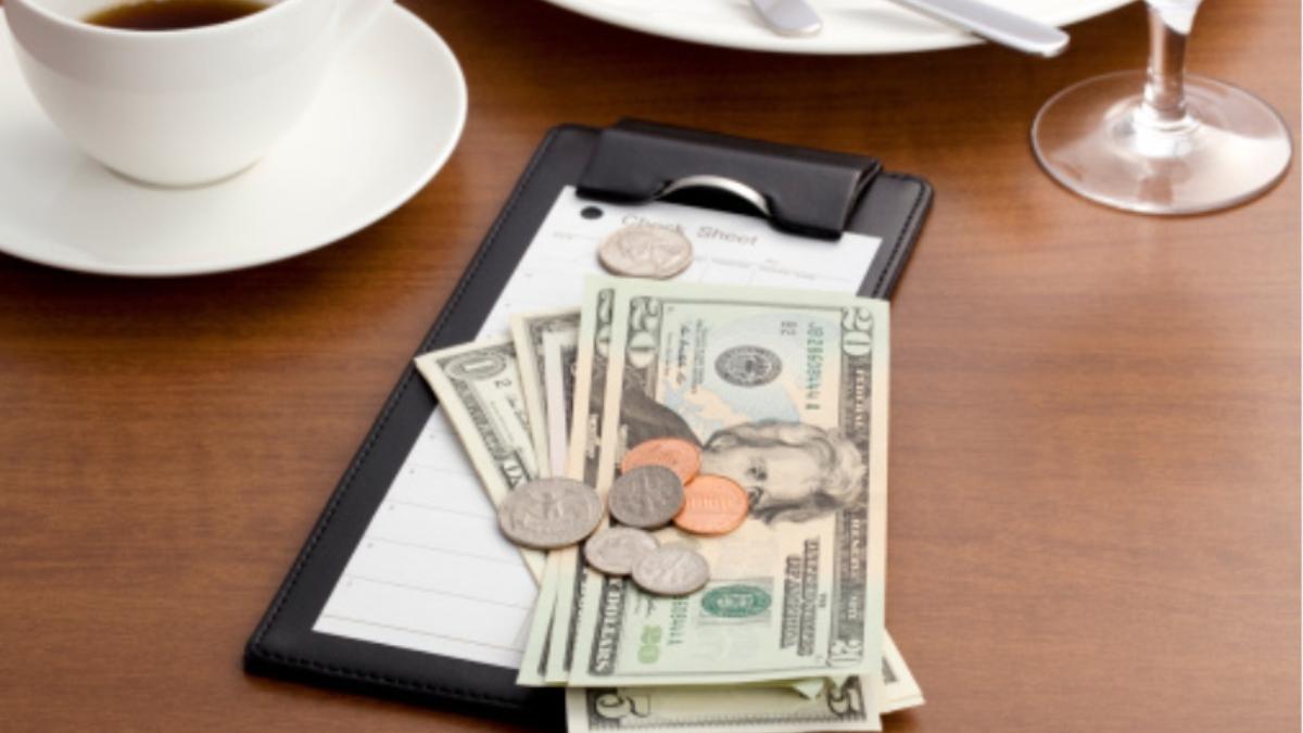 Un cliente intenta cometer un fraude después de dejar una propina de 1.600 euros