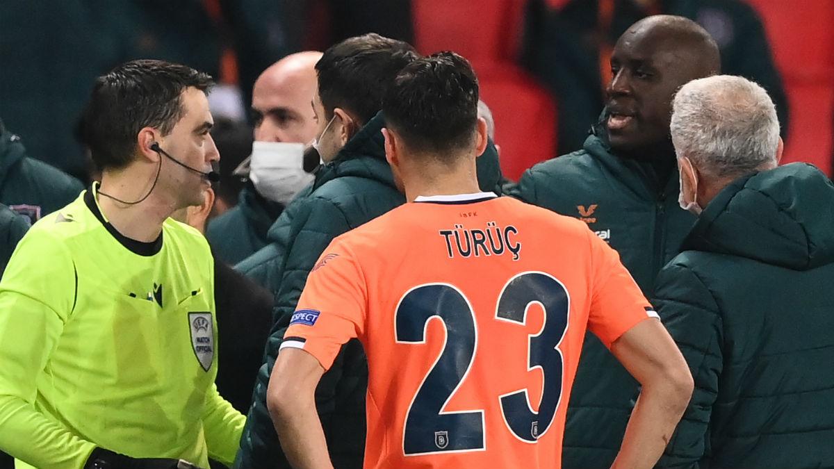 Los jugadores del Basaksehir recriminar al cuarto árbitro sus palabras. (AFP)