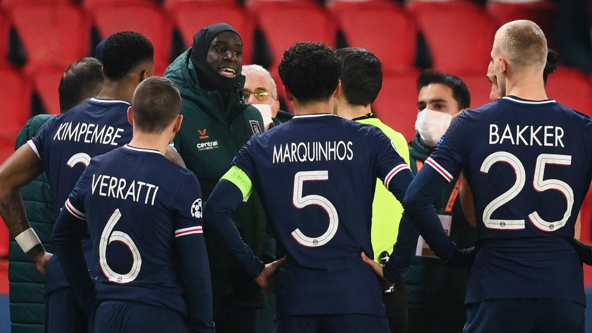Demba Ba explica al árbitro lo sucedido. (AFP)