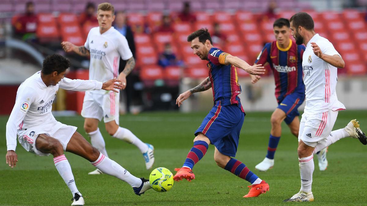 Messi intenta regatear a Varane en el último Clásico. (Getty)