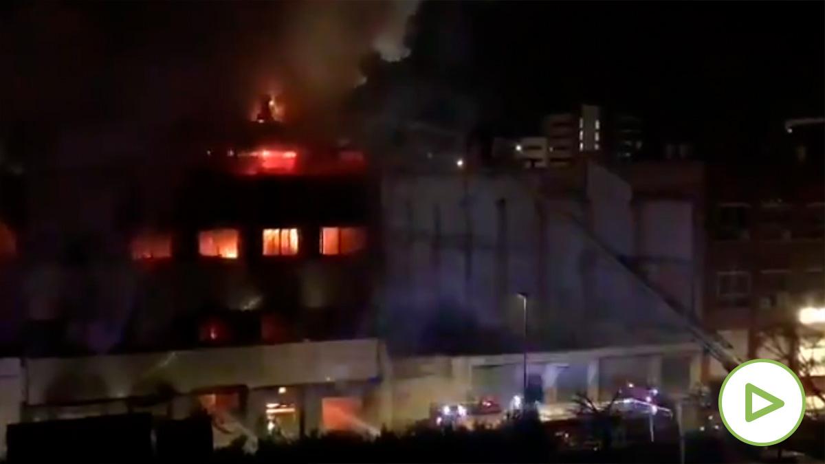 Al menos 17 heridos, cinco de ellos graves, evacuados del incendio en una nave industrial okupada en Badalona.