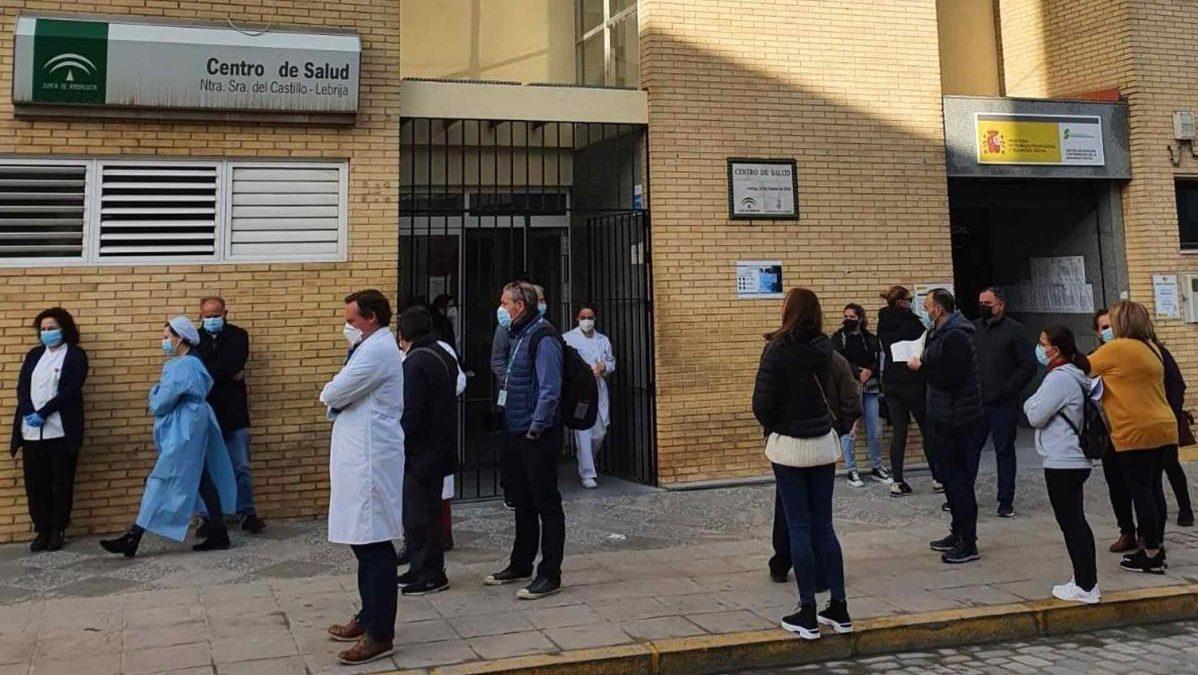 Sevilla.-Cvirus.-Minuto de silencio en el centro de salud de Lebrija en memoria de la matrona fallecida por Covid