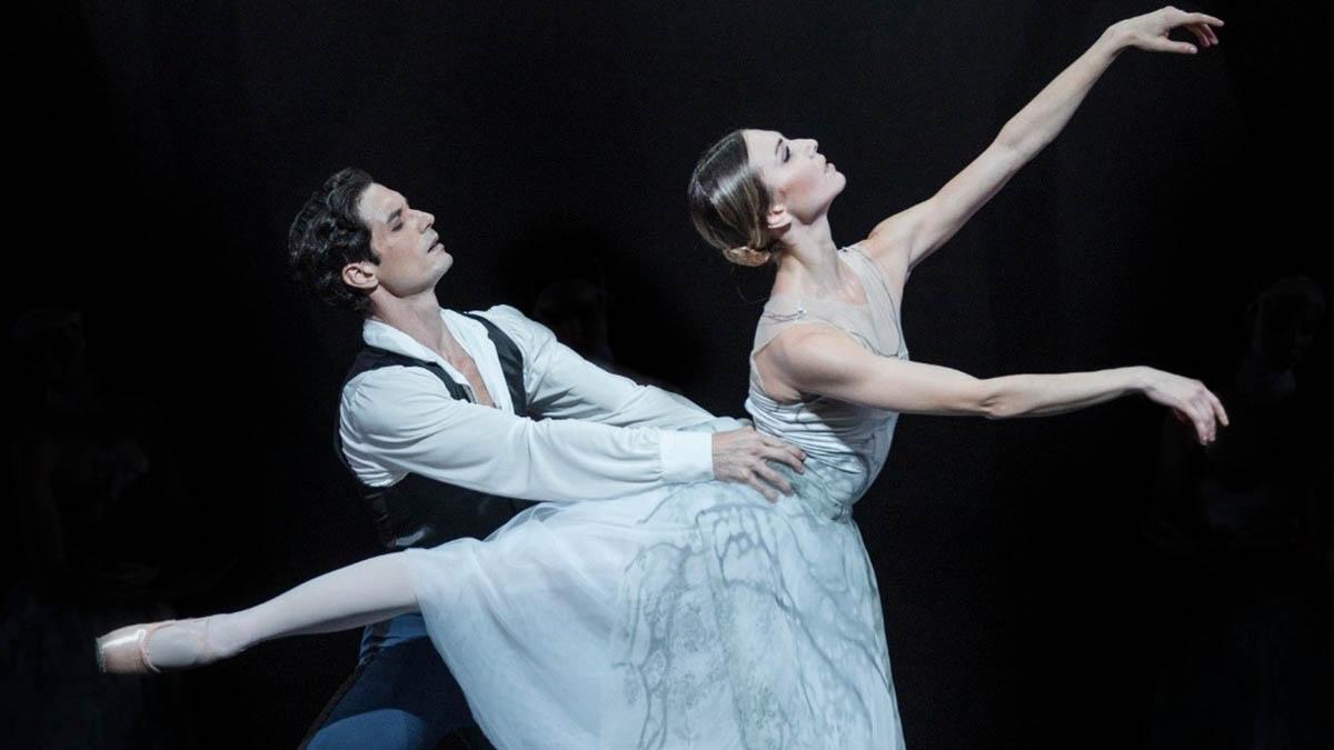 Giada Rossi (Giselle) Alessandro Riga (Albrecht) interprentan Giselle, de la Compañía Nacional de Danza, en el Teatro de la Zarzuela.