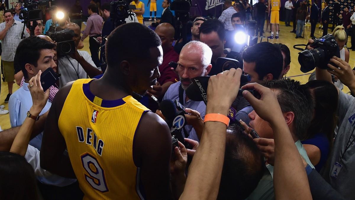 Luol Deng, en un encuentro con la prensa en su época con los Lakers. (Getty)