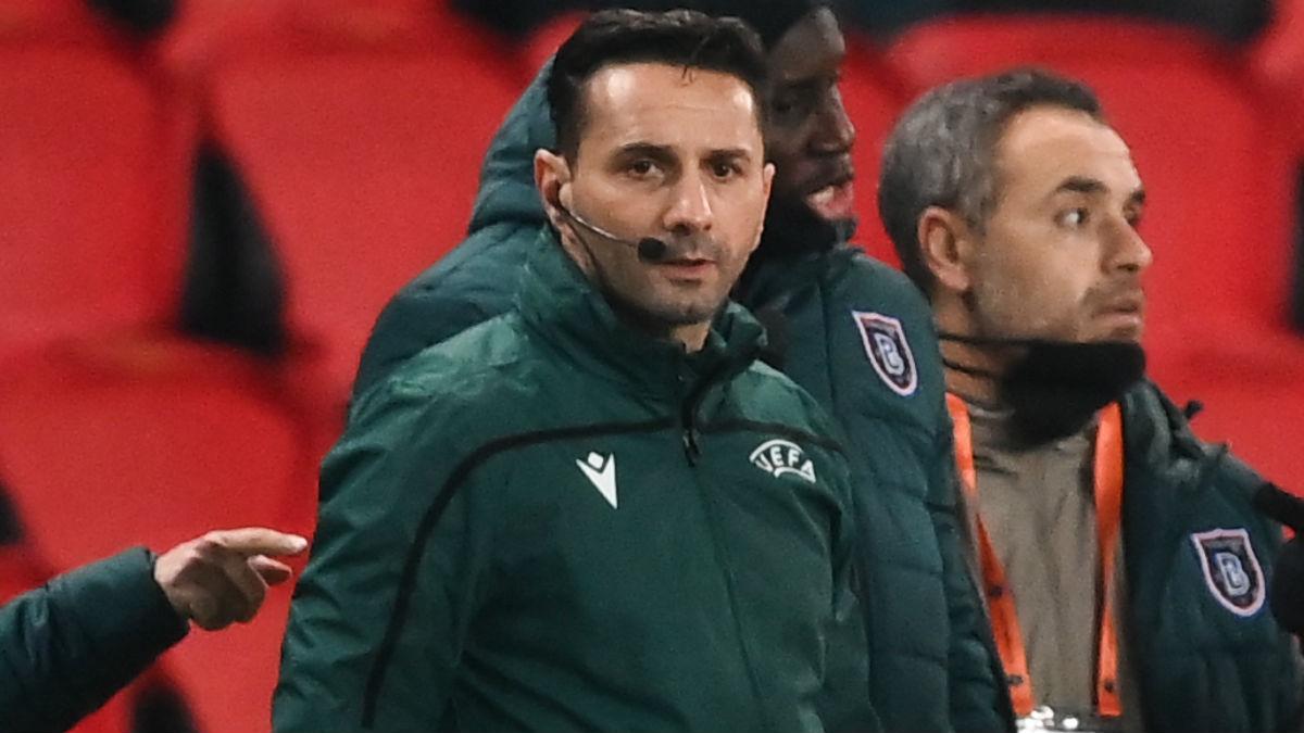 Sebastian Coltescu, el cuarto árbitro del PSG-Basaksehir. (AFP)