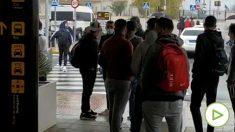 Inmigrantes ilegales en el aeropuerto de Granada.