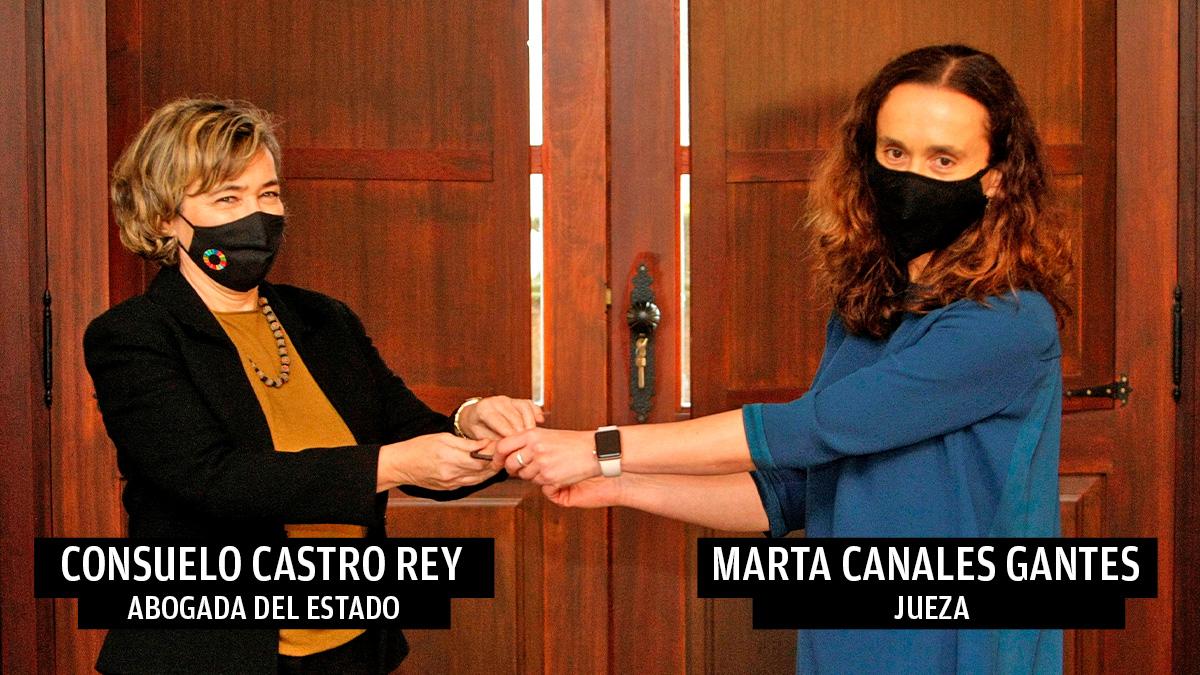 La abogada General del Estado, Consuelo Castro Rey, y la juez Marta Canales Gantes, durante el acto de entrega de llaves del Pazo de Meirás.