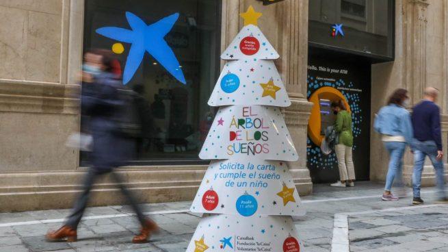 'El Árbol de los Sueños' de CaixaBank lleva regalos de Navidad a 25.000 niños vulnerables en España