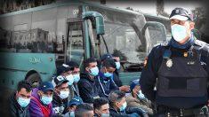 Un agente de Policía Nacional, con inmigrantes llegados en patera.