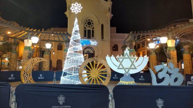 El PSOE pone símbolos musulmanes y judíos frente a una Iglesia de Melilla ¡para celebrar la Navidad!