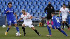 Joan Jordán conduce el balón ante dos jugadores del Getafe. (EFE)