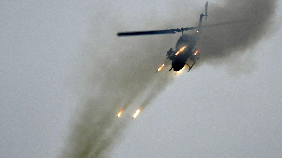 Un helicóptero lanza misiles Hellfire (Foto: AFP)