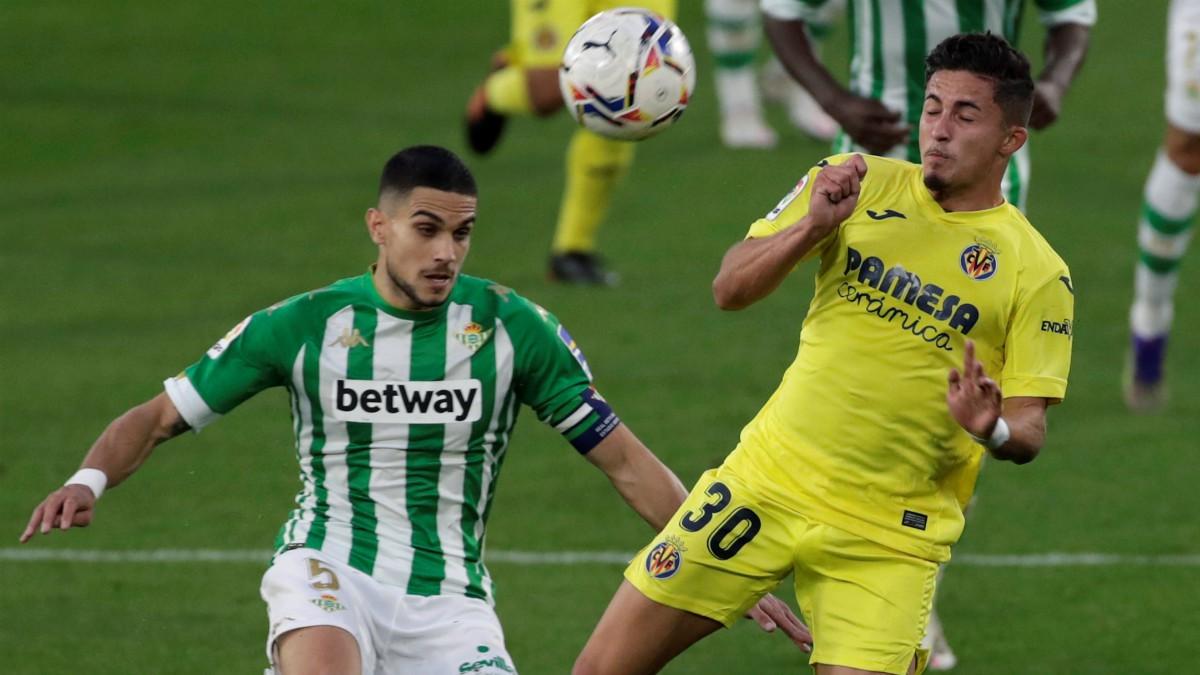 Bartra y Yeremi Pino pelean por un balón durante el Betis-Villarreal. (EFE)