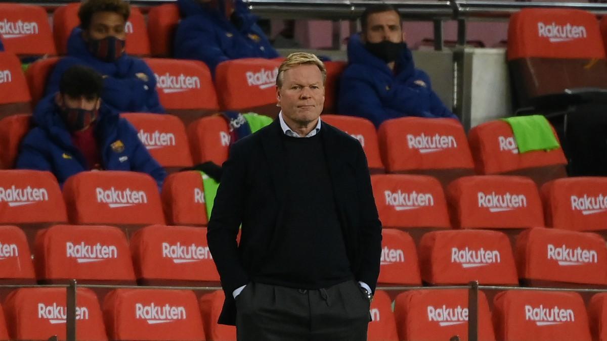 Ronald Koeman durante el Barcelona-Levante. (AFP)