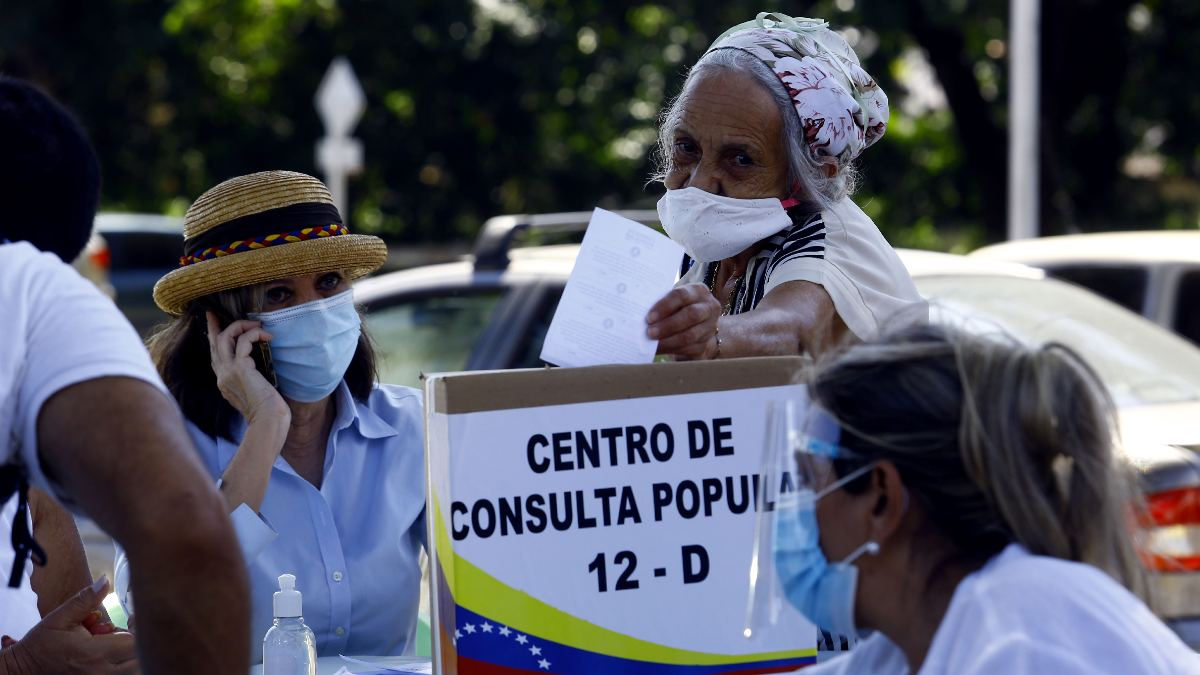 Una mujer vota en la consulta popular de Venezuela. Foto: EP