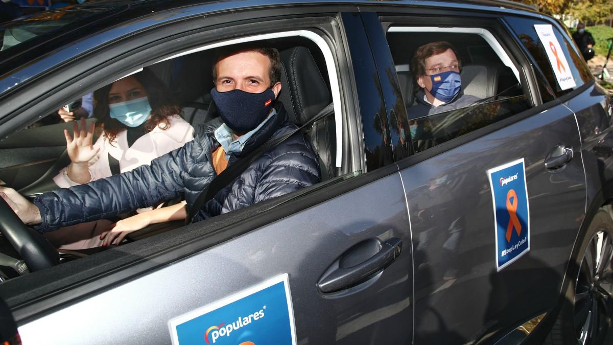 Pablo Casado, Isabel Díaz Ayuso y José Luis Martínez-Almeida, durante una manifestación de vehículos contra la Ley Celaá. (Eduardo Parra – Europa Press)