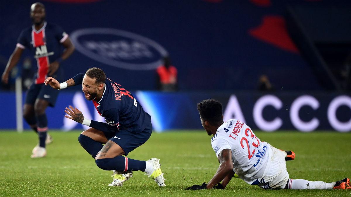 Thiago Mendes lesiona a Neymar con una entrada criminal. (AFP)