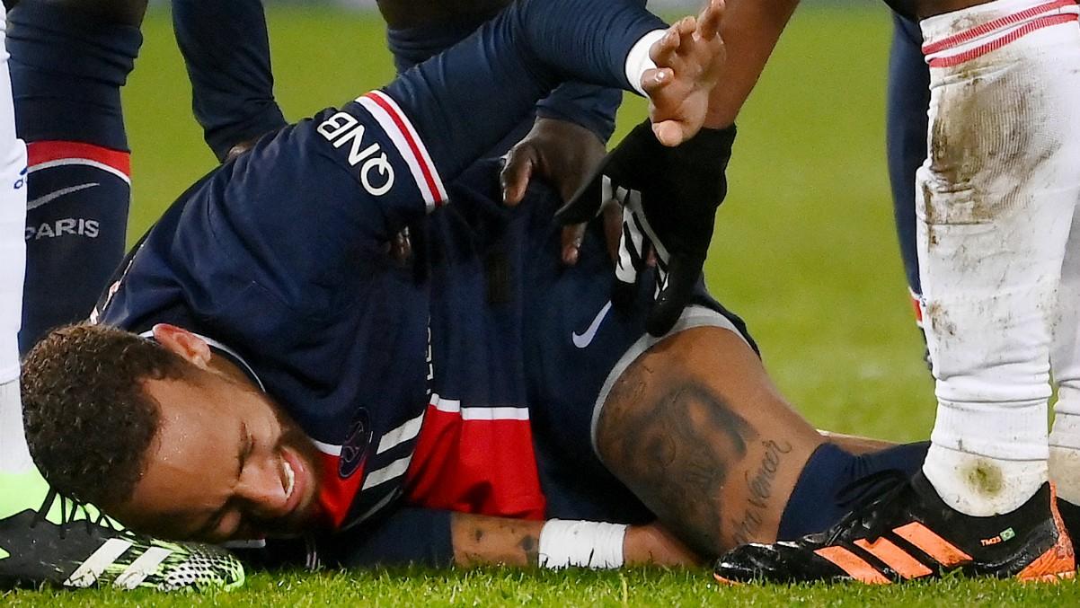 Neymar llora de dolor tras la entrada de Thiago Mendes. (AFP)