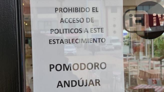 Cartel en la puerta del restaurante que prohíbe el acceso a políticos.