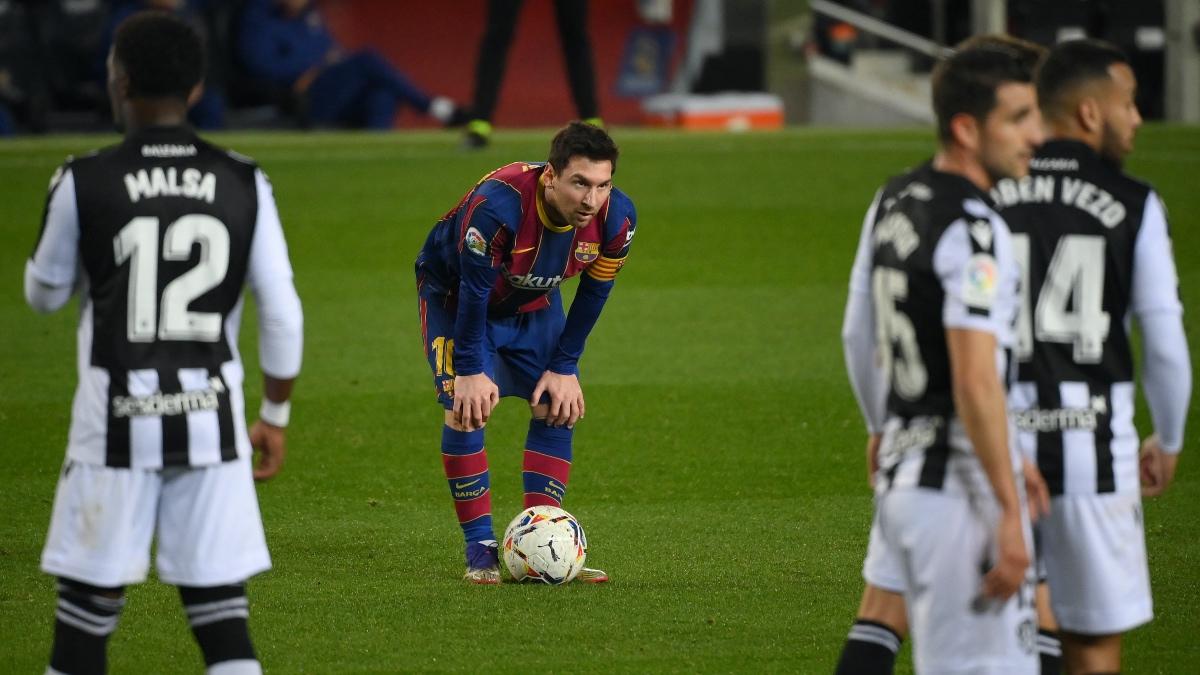 Messi espera para lanzar una pelota parada en el Barcelona – Levante. (AFP)