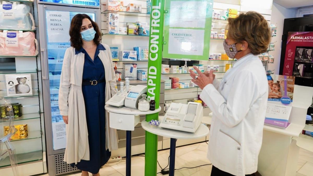 Isabel Díaz Ayuso visitando una farmacia. (Foto: Comunidad)