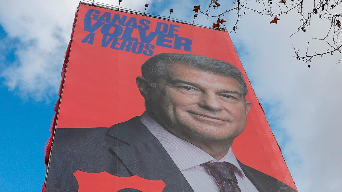 El enorme cartel con la cara de Joan Laporta al lado del Bernabéu.