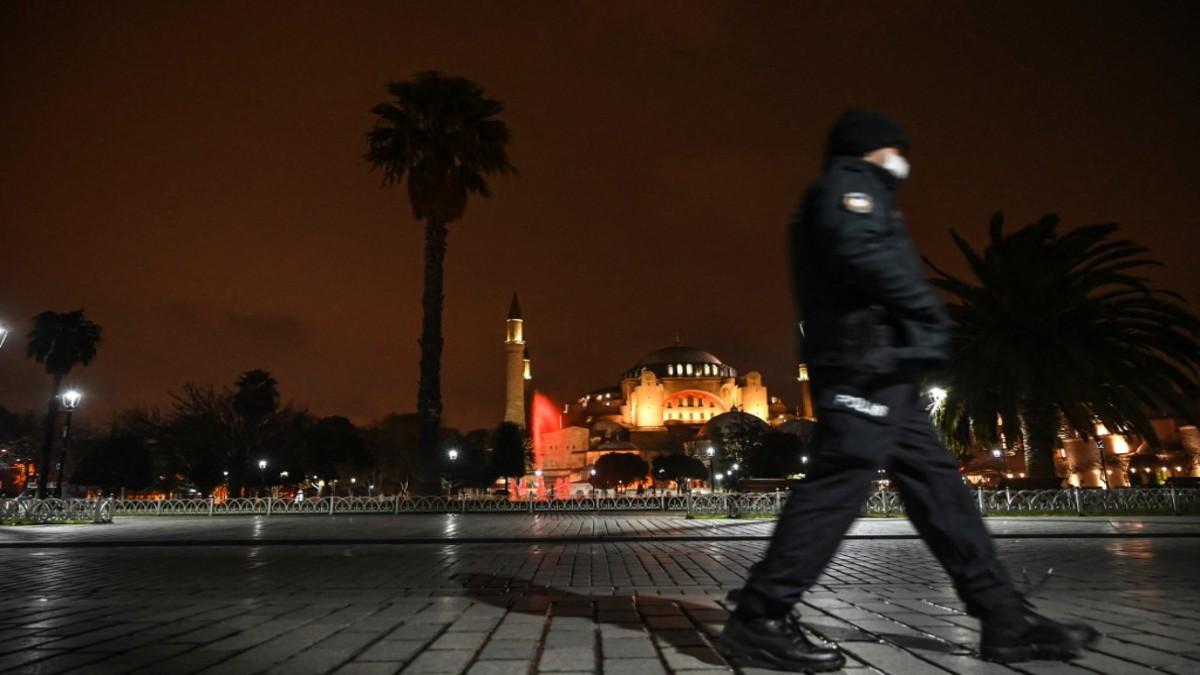 Un policía turco vigila la capital Ankara. Foto: AFP