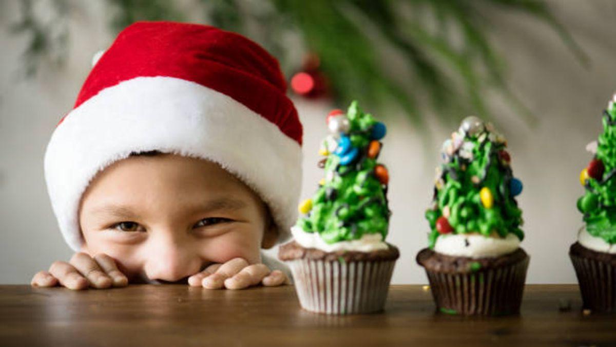 Tres recetas sencillas para preparar cupcakes navideños con los niños en casa