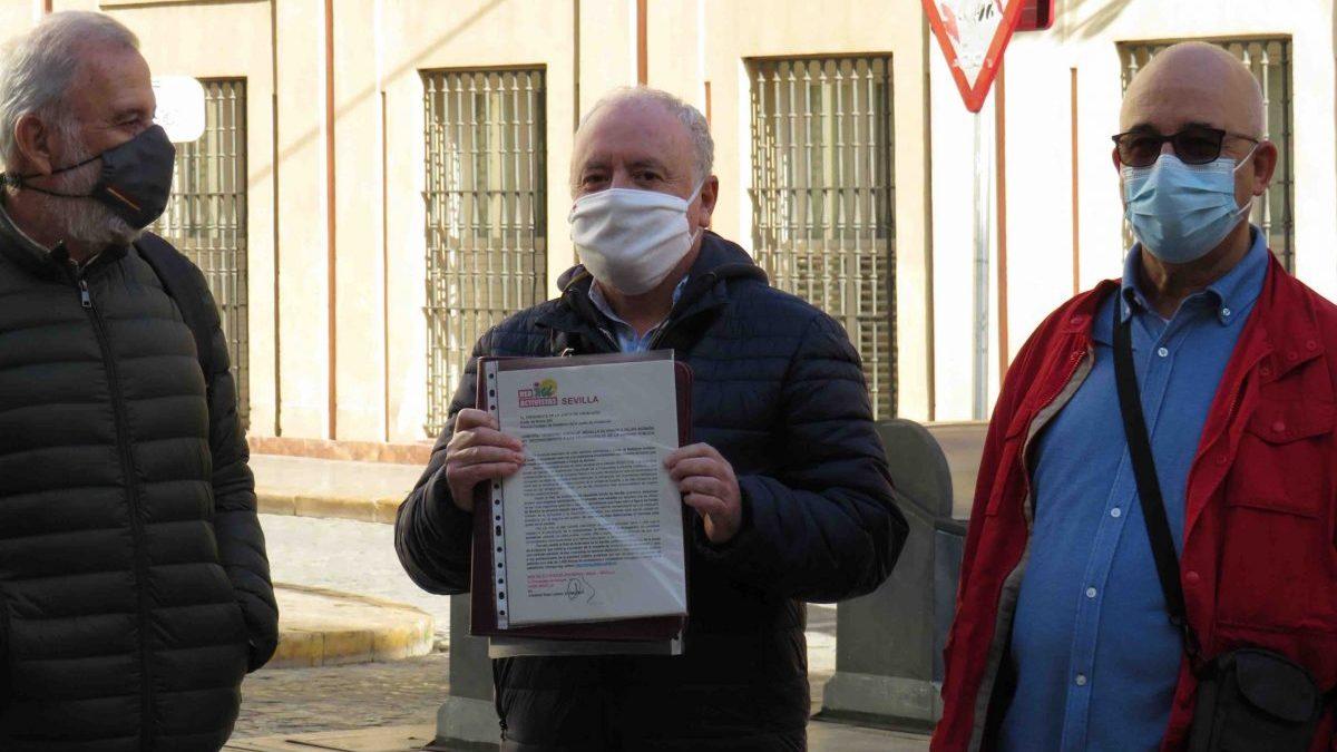 Sevilla.- IU entrega 1.057 firmas contra la «chapuza» de la medalla de honor a Felipe VI y para reconocer a la sanidad