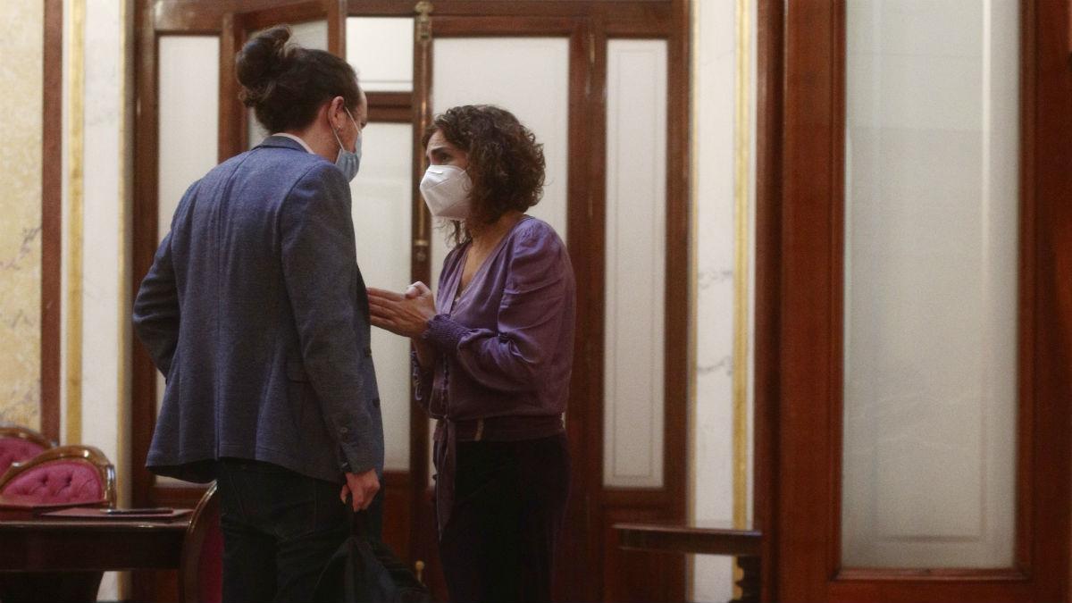 Pablo Iglesias y María Jesús Montero conversando en los pasillos del Congreso. (Foto: E. Parra / POOL)