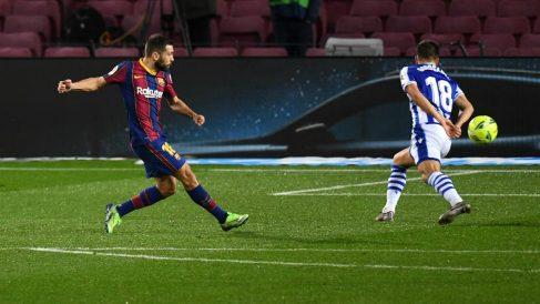 Jordi Alba marca un gol ante la Real Sociedad. (Getty)