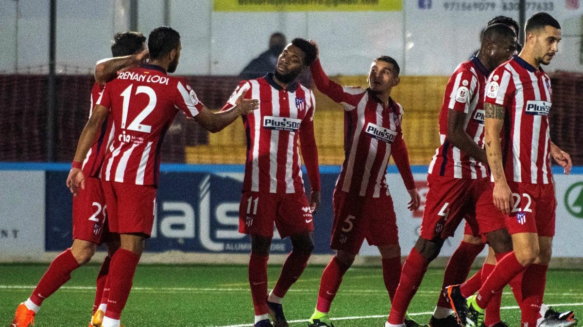 Los jugadores del Atlético celebran el gol de Lemar frente al Cardassar. (EFE)