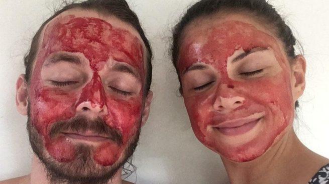 """Las mascarillas de sangre menstrual unen a las parejas y prometen: """"un cutis suave y hermoso"""""""