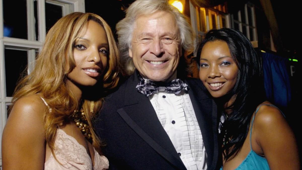 Peter Nygard acompañado de dos modelos. Foto: AFP