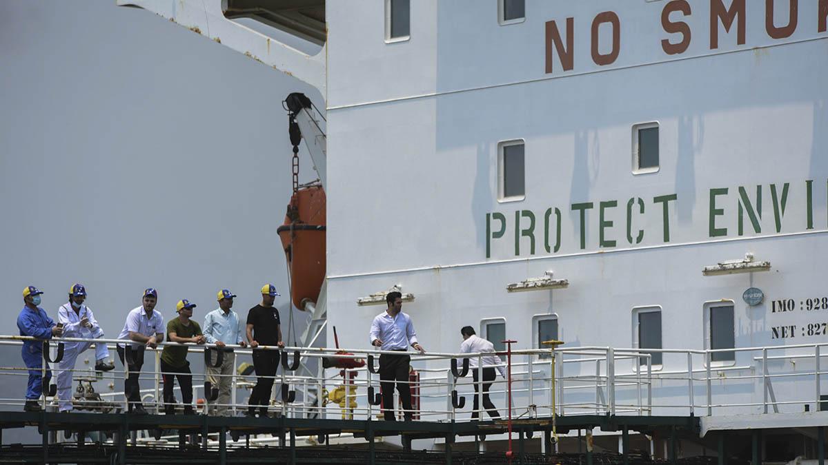 Trabajadores de PDVSA a bordo de un petrolero iraní atracado en un puerto venezolano.
