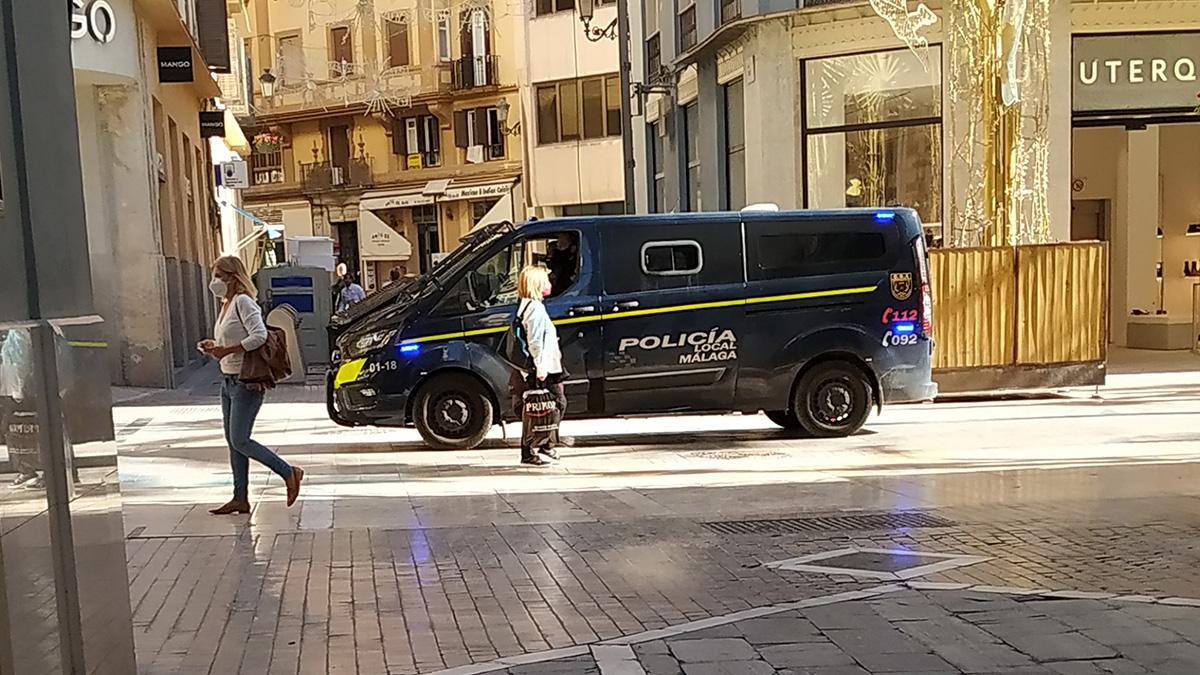 Imagen de un furgón de la Policía Local de Málaga circulando por calle Larios
