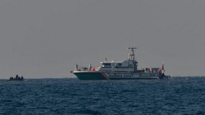 Cinco años de cárcel para un argelino que pilotó más de 200 km una patera con 20 ilegales rumbo a Almería
