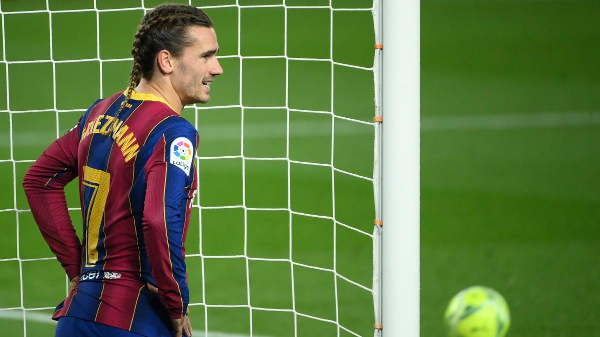 Antoine Griezmann se lamenta tras fallar un gol en el Barcelona-Real Sociedad. (AFP)