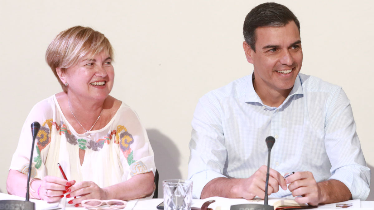 Pedro Sánchez y la diputada socialista Isaura Leal. (Foto: EP)
