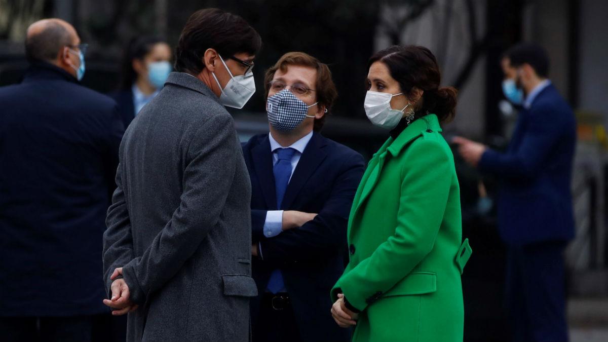 La presidenta de la Comunidad de Madrid, Isabel Díaz Ayuso; conversa con el ministro de Sanidad, Salvador Illa, y el alcalde de Madrid, José Luis Martínez-Almeida. Foto: EFE