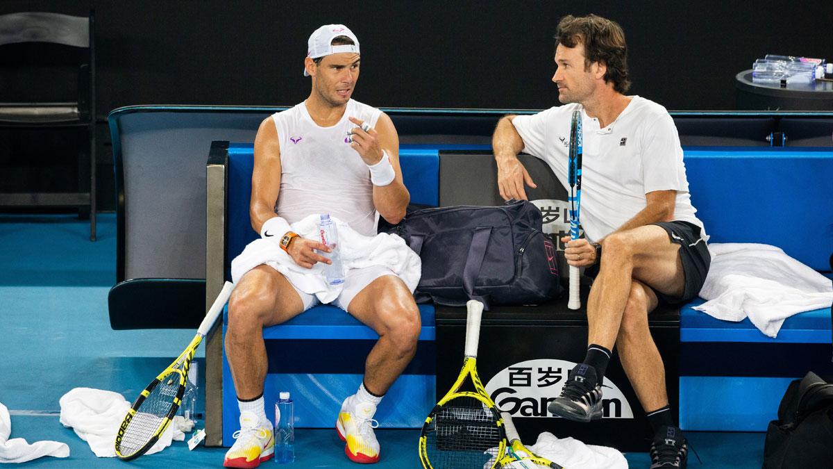 Nadal y Moyá conversan durante un entrenamiento en la pasada temporada (AFP)