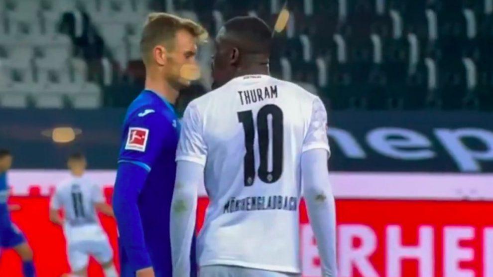 Thuram escupe a Posch.