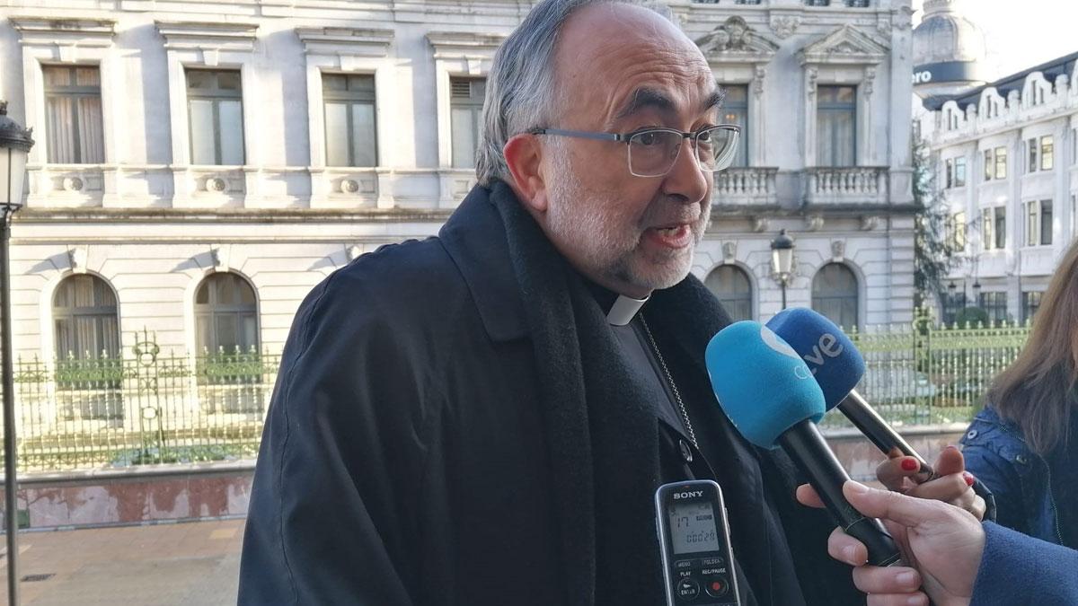 El Arzobispo de Oviedo, Jesús Sanz Montes atiende a los medios de comunicación. Foto: EP