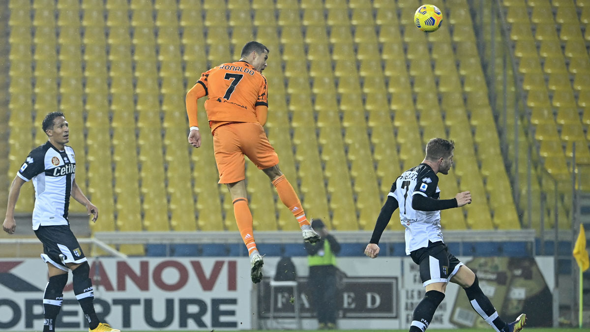 Cristiano Ronaldo remata de cabeza tras un gran salto para marcar al Parma (AFP)